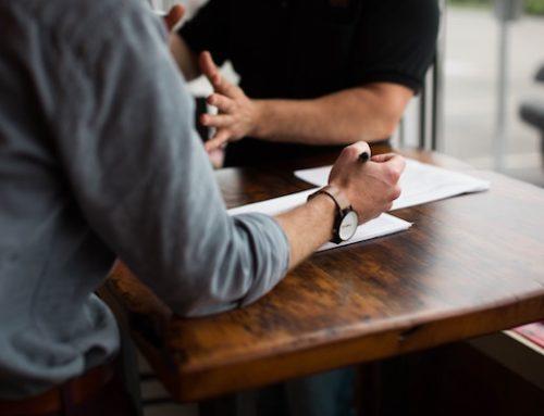 Rozmowa menadżera z pracownikiem przed i po szkoleniu